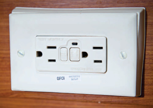 dans la salle de bain une prise lectrique de type gfi poss de son propre petit disjoncteur qu. Black Bedroom Furniture Sets. Home Design Ideas