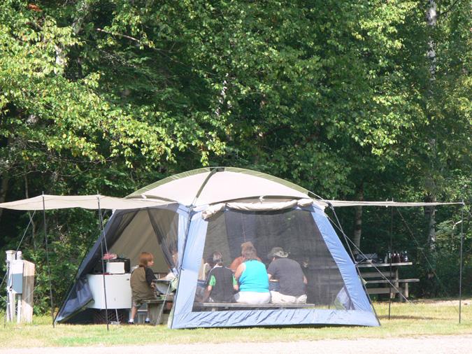 L abri cuisine sert la fois se prot ger de la pluie et for Tente cuisine camping