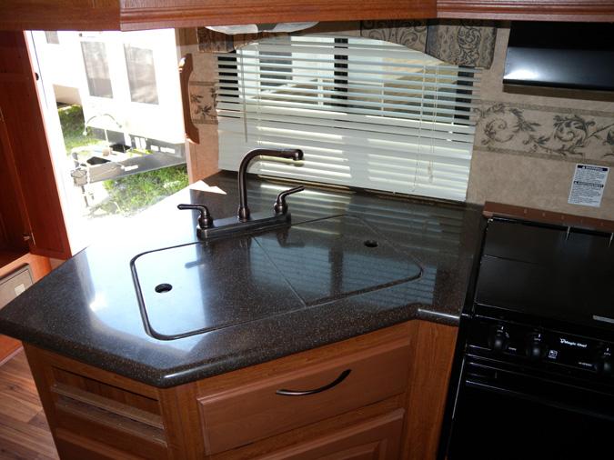 bien qu il soit de marque corian le dessus du comptoir de cuisine est plut t minimaliste. Black Bedroom Furniture Sets. Home Design Ideas
