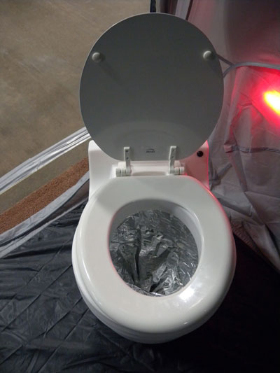 nouveaut louisville cette ann e une toilette sans eau qui emballe les d chets humains dans. Black Bedroom Furniture Sets. Home Design Ideas