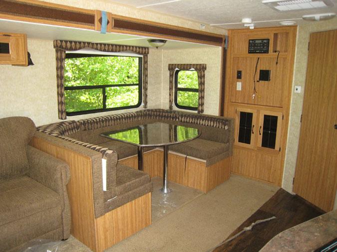 un am nagement diff rent le coin repas en u tr s confortable camping caravaning. Black Bedroom Furniture Sets. Home Design Ideas