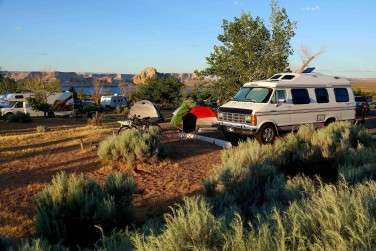 Camping au Glen Canyon Recreation Area, près du lac Powell. - copie