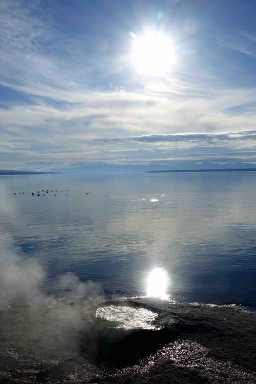 Des geysers se déversent dans le lac Yellowstone. - copie