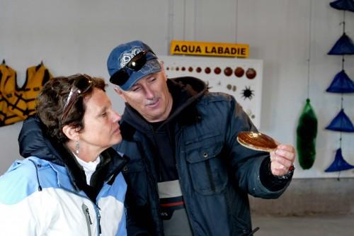 Philippe Labadie montre ses pétoncles d'élevage.